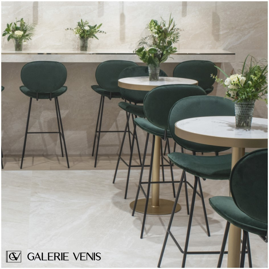 wnętrze kawiarni, marmur, stoliki barowe i hokery