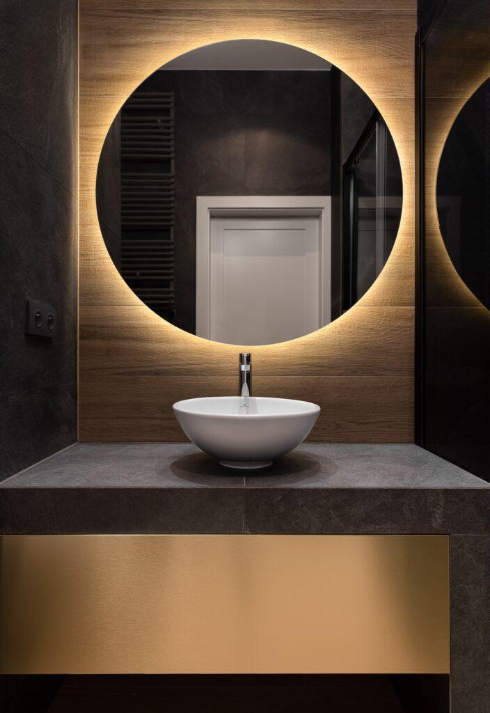 Nowoczesna łazienka wczerni izłocie zumywalką nablatową