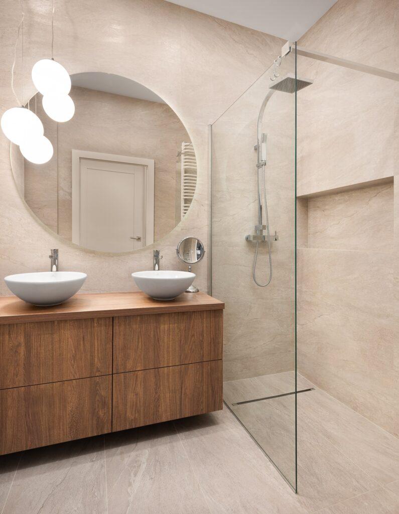 Klasyczna łazienka zkabiną prysznicową typu walk-in idwoma umywalkami nablatowymi