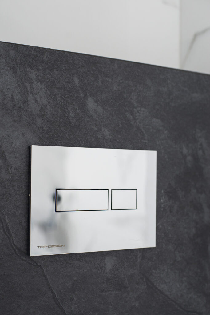 chromowany przycisk do wc