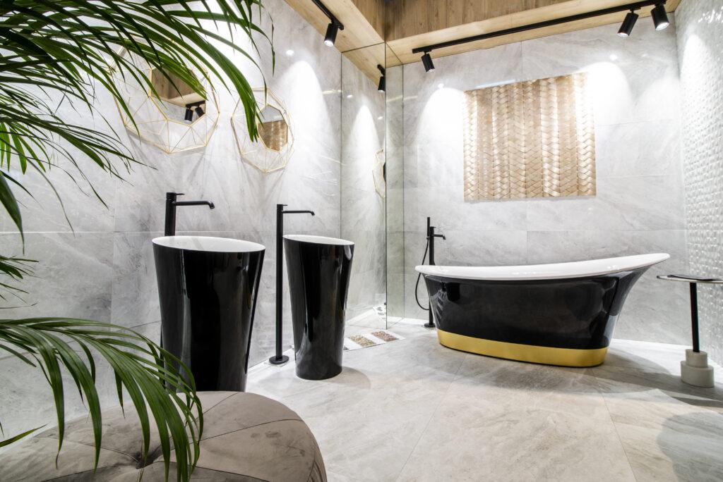 łazienka z czarną wanną