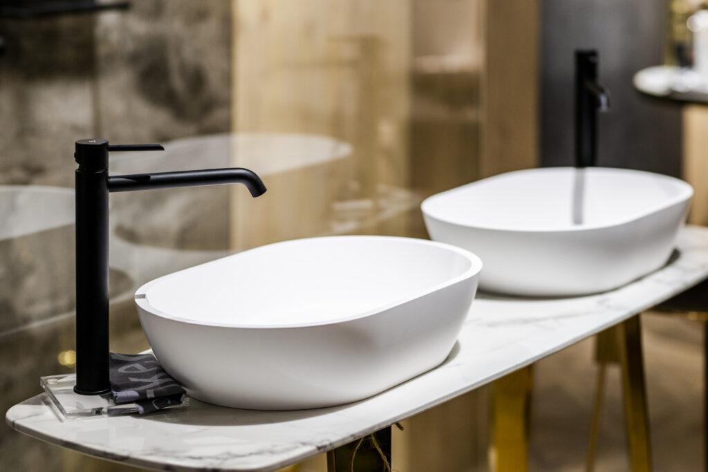 matowe białe umywalki
