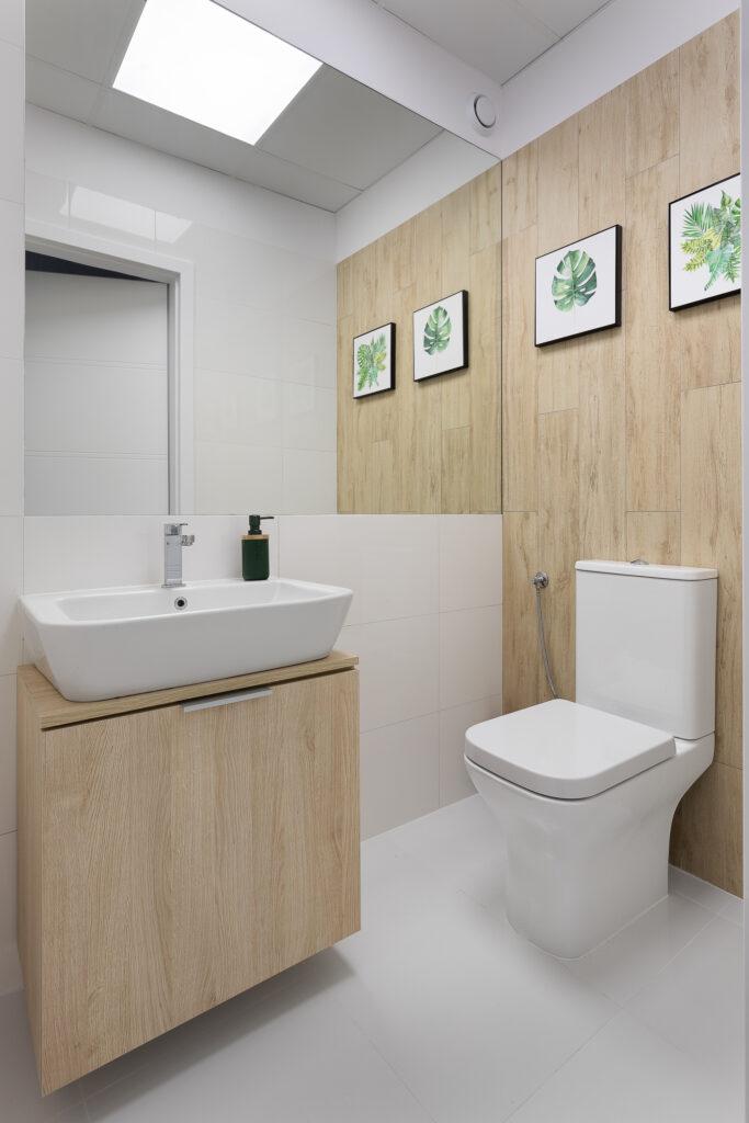 biała łazienka ze stojącym wc
