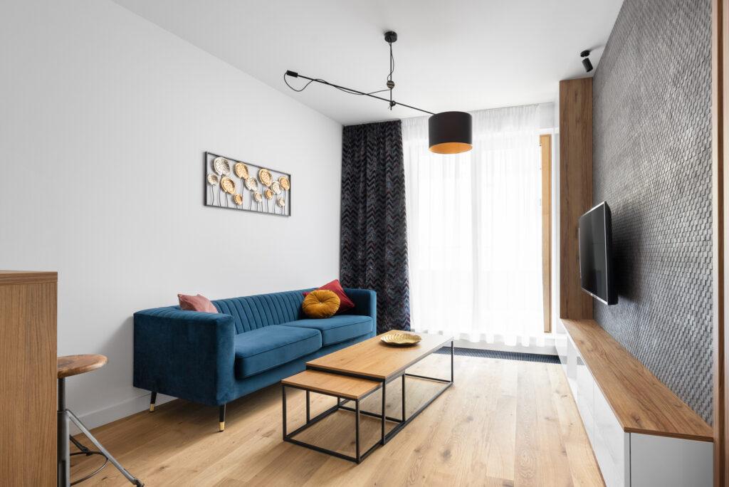 salon z niebieską sofą