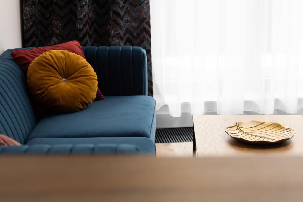 niebieska sofa