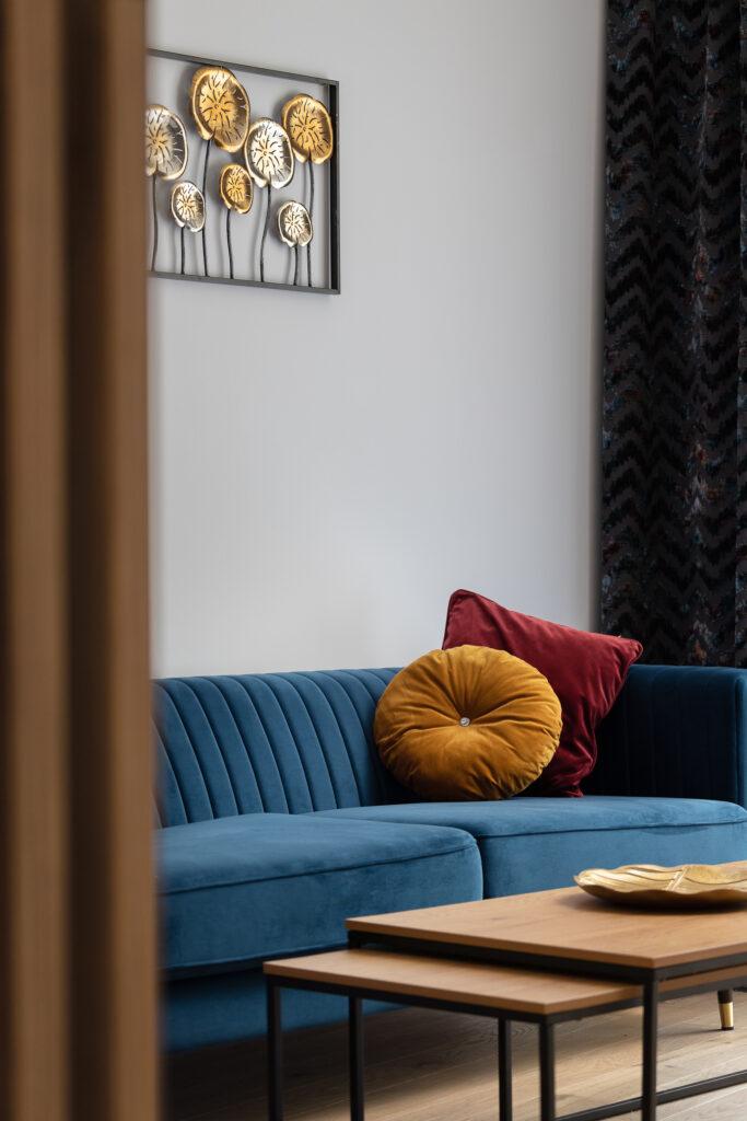 salon z niebieską kanapą