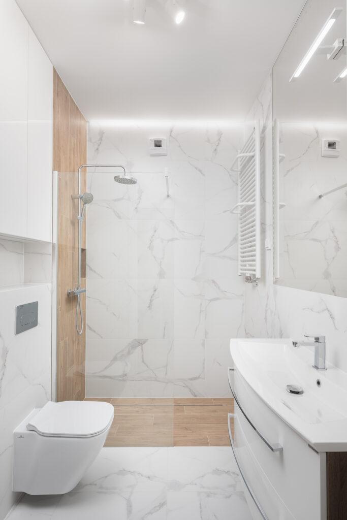łazienka drewno i marmur