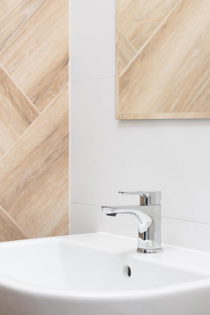 drewniane płytki w łazience