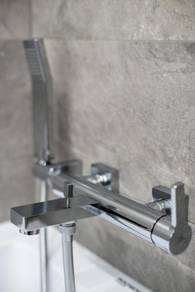 chromowana armatura łazienkowa