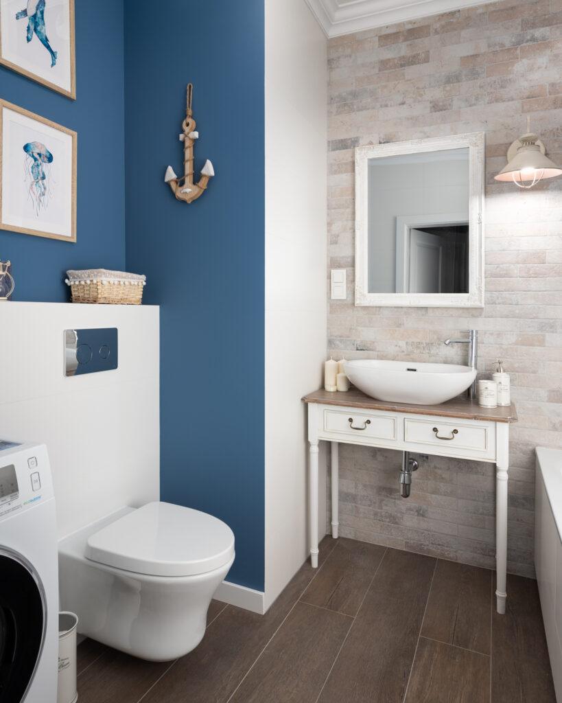 łazienka z niebieską ścianą