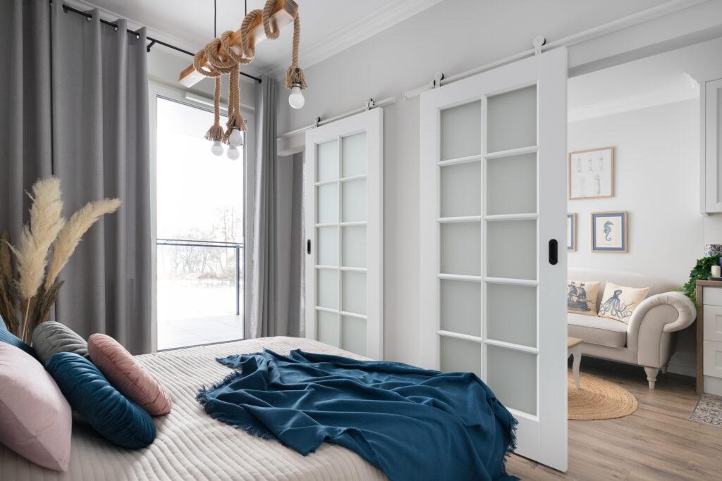 sypialnia z drzwiami przesuwnymi