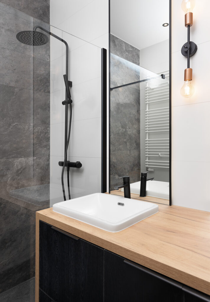 łazienka z czarnym lustrem
