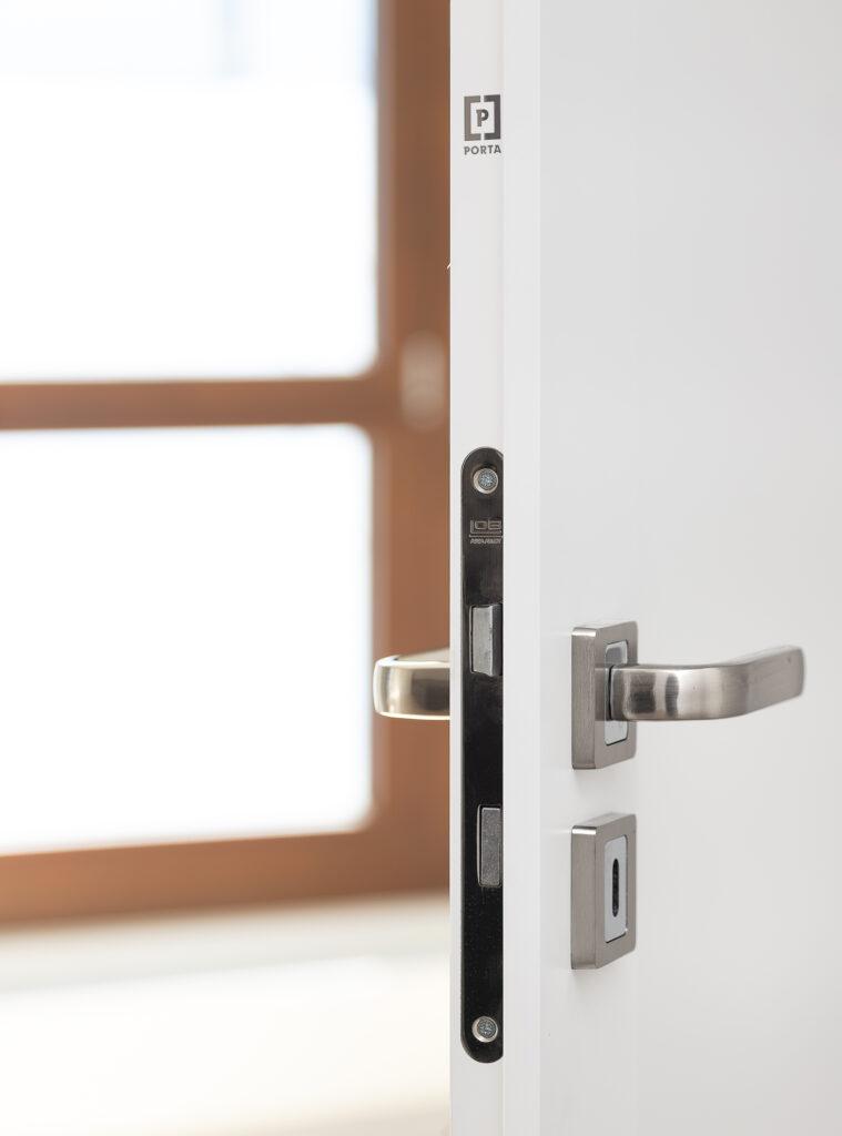 białe drzwi porta