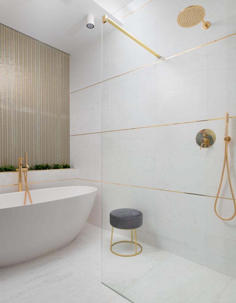 łazienka marmur i złoto
