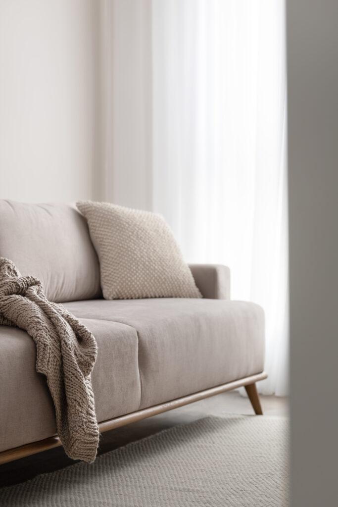 beżowa sofa