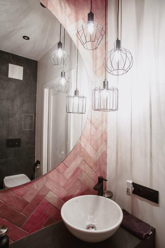 różowo-czarna łazienka