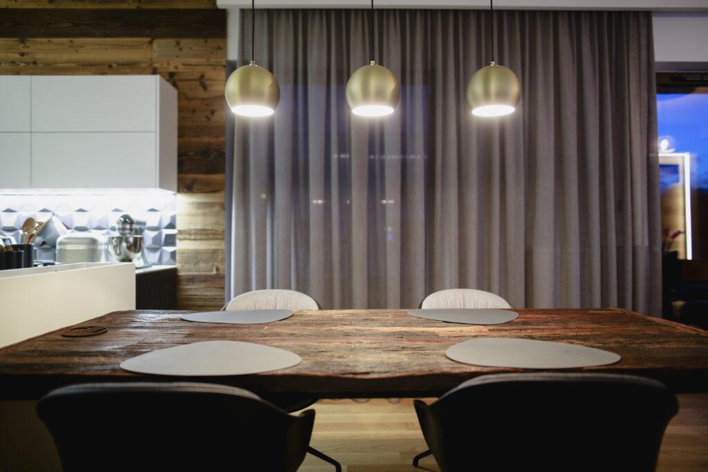 lampy nad stołem