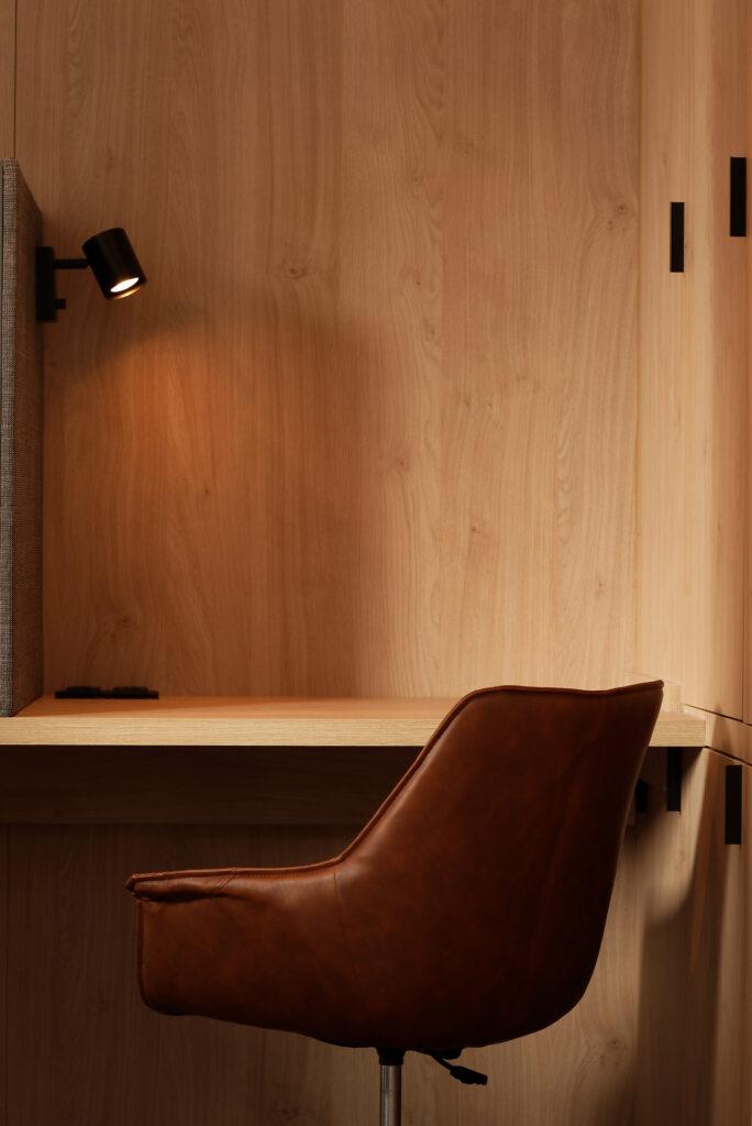 biurko i skórzane krzesło