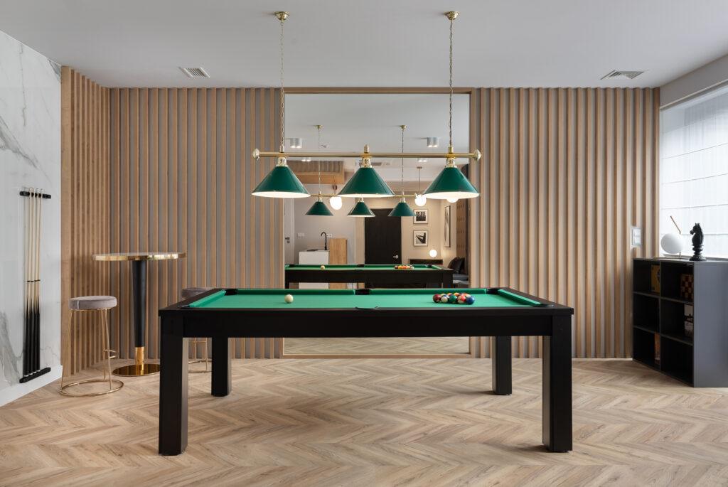 stół billardowy w salonie